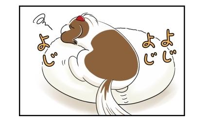 ビーズクッションの上からお尻がずり落ちた犬、クッションの上によじ登る