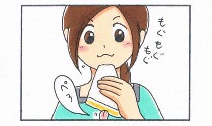 卵サンドを持った手の下から犬の舌が