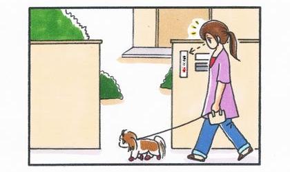 犬と散歩中、一戸建ての家の門に貼られた何かに気づく飼い主