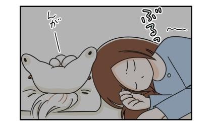 就寝中、寒気がした。枕の上には犬が寝ている