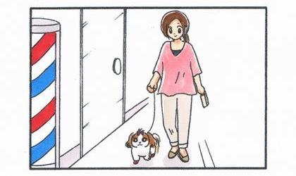 犬と散歩。商店街の歩道を歩く