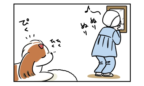 顔にヨーグルトを塗っていると、犬が臭いを嗅ぎつける