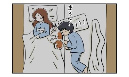 夜、私のベッドで寝る犬にすり寄る夫