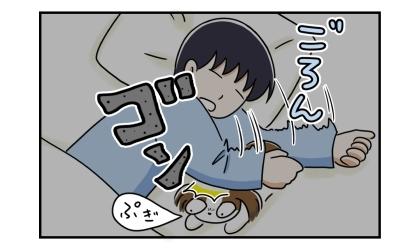 夜、犬と寝る夫。寝返りを打ったら肘が犬に激突!