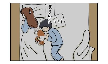 夜、私のベッドで寝る犬にさらにすり寄る夫。逃げる犬。追いやられる私